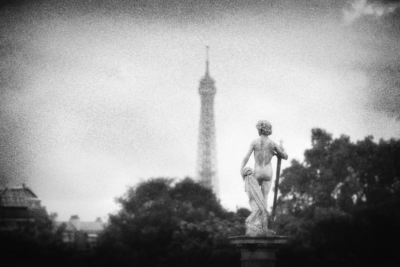 David vainqueur vers la tour Eiffel