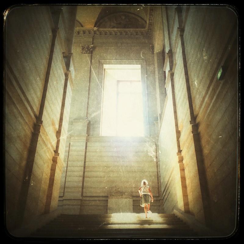 Fille (escaliers, fenêtre et soleil)